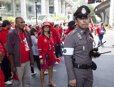 Desetitisíce demonstrantů v červených tričkách vyrazily do ulic Bangkoku. Protestují proti vládě a za nové volby (3. dubna 2010)