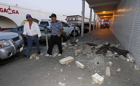 Americko-mexickou hranici zasáhlo silné zemětřesení. Na snímku popadané cihly ve městě Calexico v Kalifornii (4. dubna 2010)
