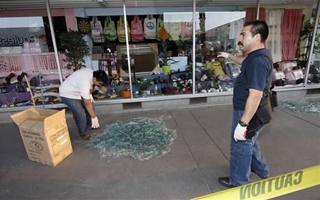 Americko-mexickou hranici zasáhlo silné zemětřesení. Na snímku uklízí prodavač sklo z rozbité výlohy ve městě Calexico v Kalifornii (4. dubna 2010)
