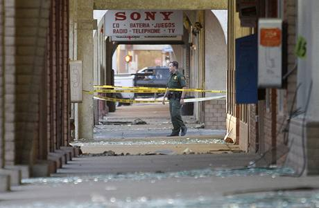 Americko-mexickou hranici zasáhlo silné zemětřesení. Na snímku člen americké hraniční stráže ve městě Calexico v Kalifornii (4. dubna 2010)