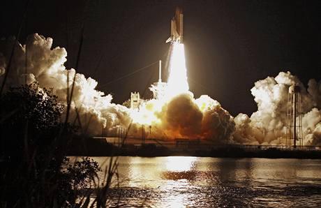 Raketoplán Discovery odstartoval k ISS se sedmičlennou posádkou na palubě (5. dubna 2010)