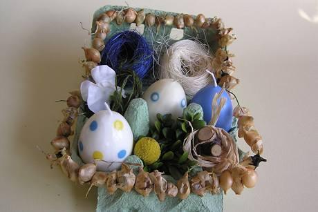 Velikonočně ozdobit lze i papírový obal na vajíčka. Sazečku navlečte na dobře tvarovatelný drát.