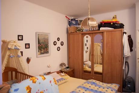Šatní skříň ve výklenku byla jediný úložný prostor vcelém bytě