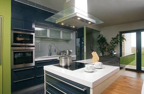 Kuchyňský ostrůvek zakončuje bar, pracovní deska je z přírodního akrylátového kamene