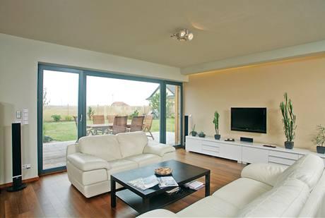 Majitelé dávají přednost decentní barevnosti. Náladu v obývací zóně mírně ovlivňuje i jedna z mnoha světelných nik, které architekt navrhl. Plně se projeví až večer.