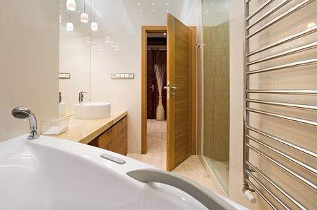 Do zrekonstruované koupelny se vešla nejen rohová vana, ale rovněž prostorný sprchový kout, umístěný v bývalém vstupu do dalšího pokoje