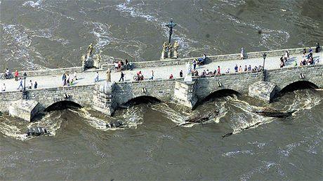 Písek - nejstarší most ve střední Evropě byl v roce 2002 poničen povodní a s využitím původních kamenů citlivě opraven.