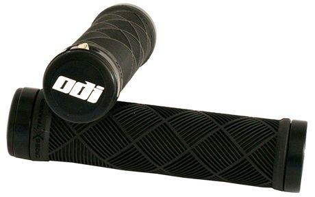 Malá, nejčastěji hliníková objímka na jednom nebo obou koncích gripu na řídítka zajistí jeho maximálně jistou fixaci.