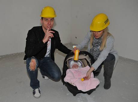 Vlasta Hájek a Zuzana Belohorcová ukazují, kde bude mít pokoj jejich dcera Salma.