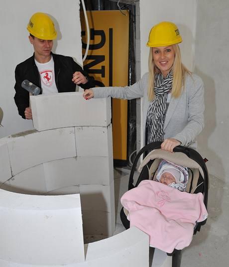 Vlasta Hájek a Zuzana Belohorcová v ložnici, kde bude stát i sprchový kout.