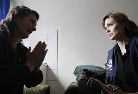 Angelina Jolie naslouchá příběhům lidí, kteří přežili válku v Bosně a Hercegovině
