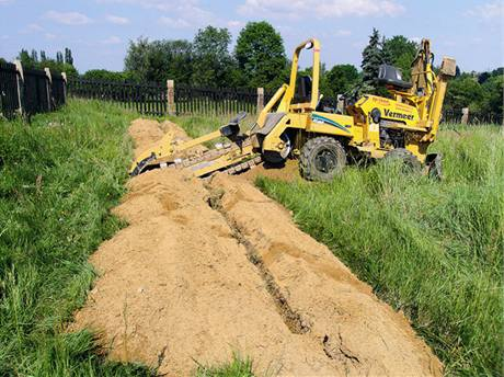 Vyfrézovat drážky pro položení plošných zemních kolektorů dokáže zemní rýhovač