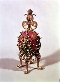 Vejce svou nádherou a zdobením připomíná trůn – i na něm se objevují portréty členů carské rodiny.