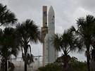 Kosmodrom v Kourou, Francouzská Guyana:  Ariane 5 je vytahována z haly pro finální montáž před startem. Odtud putuje už rovnou na vzletovou rampu