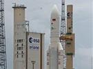 Kosmodrom v Kourou, Francouzská Guyana:  Ariane 5 na vzletové rampě. Sloupy okolo slouží jako ochrana proti bleskům.