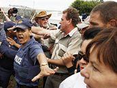 Stoupenci zavražděného jihoafrického nacionalisty Eugena Terreblancheho před soudem ve Ventersdropu, kde začal proces s údajnými vrahy. Pořádek musela hlídat policie (6. dubna 2010)