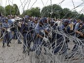 Policie hlídá soud s údajnými vrahy bělošského nacionalisty Terreblancheho jihoafrickou hymnu (6. dubna 2010)