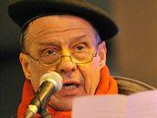 Petr Uhl hovoří na demostraci k 17. listopadu na Národní třídě v Praze