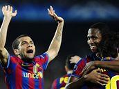 GÓLOVÁ RADOST. Hráči Barcelony oslavují Lionela Messiho (vpravo stojí zády), který právě vstřelil gól.