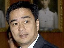 Současný thajský premiér Apchisita Vedžadžíva v budově parlamentu (7. dubna 2010)