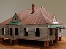 Výstava Williama Christenberryho House and Car and v newyorské galerii Pace/MacGill. Socha Abandoned House z roku 2009