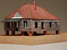 Výstava Williama Christenberryho House and Car and v newyorské galerii Pace/MacGill. Socha Abandoned House z roku 2009.