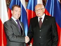 Po příletu se ruský prezident Dmitrij Medveděv setkal se svým českým protějškem Václavem Klausem. (7. dubna 2010)