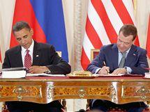 Barack Obama a Dmitrij Medveděv při podpisu smlouvy START ve Španělském sále Pražského hradu. (8. dubna 2010)