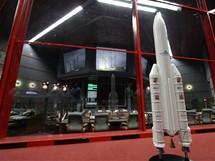 Kosmodrom v Kourou, Francouzská Guyana: řídící středisko letu. V popředí model rakety Ariane 5.