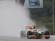 Lewis Hamilton s vozem McLaren v deštivé kvalifikaci GP Malajsie.