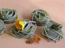 Těstovinová hnízda můžete pro jarní dekoraci stolu také využít velmi efektně.