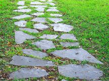 Cestičky vysypané kamínky, dřevěnou štěpkou či vydlážděné kamením také přispívají k omezení výskytu klíšťat na zahradě.