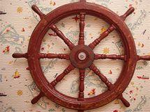 Pravé lodní kormidlo váží kolem třiceti kilogramů, a tak se muselo připevnit pomocí speciálního šroubu