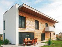 Stavba je obložena modřínovými prkny bez povrchové úpravy, která časem získají stříbrný odstín
