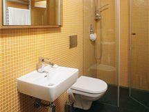 Samostatná toaleta a sprcha v patře