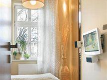 Z bývalé kuchyně je jednoduchá ložnice rodičů a spižírna se proměnila v praktickou šatnu, zakrytou posuvnými dveřmi