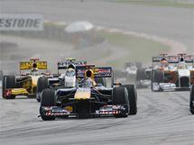 Sebastian Vettel (vlevo) a Mark Weber z Red Bullu ve Velké ceně Malajsie.