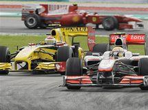 Lewis Hamilton (vpravo) s vozem McLaren a Vitalij Petrov (Renault) ve Velké ceně Malajsie.
