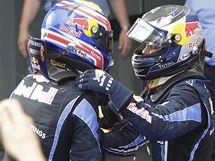 Sebastian Vettel (vpravo) a Mark Webber z týmu Red Bull se radují z triumfu ve Velké ceně Malajsie,