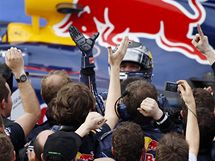 Sebastian Vettel se raduje s mechaniky Red Bullu