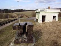 """Hostětín. Socha """"Pohlednice"""" od Daniela Šenkeříka u železniční zastávky Hostětín"""