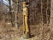 """Hostětín, socha """"Pastier"""" od Lúbomíra Orsága u lesa na kraji obce"""