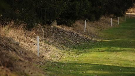 Seriál o golfových pravidlech - aut vyznačený bílými kolíky.