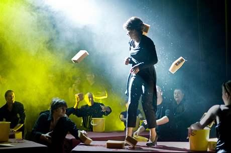 Záběr z inscenace hry Petra Zelenky Očištění, kterou má na repertoáru Jihočeské divadlo České Budějovice