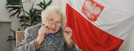Marie Macháčková z Brna se podepisuje do kondolenční knihy na Honorárním konzulátě Polské republiky v Brně