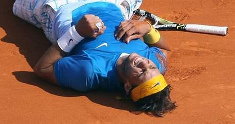 VYSÍLENÝ ŠAMPION. Španělský tenista Rafael Nadal padá vyčerpáním poté, co ve finále turnaje v Monacu porazil krajana Verdasca.