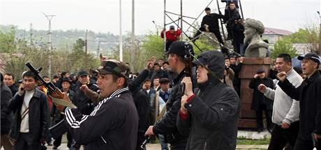 Příznivci svrženého kyrgyzského prezidenta na shromáždění ve městě Oš (15. dubna 2010)