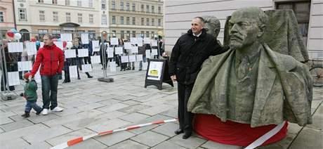 Busta V.I. Lenina při oslavách 20. výročí listopadových událostí roku 1989 v centru Olomouce. (17. listopadu 2009)