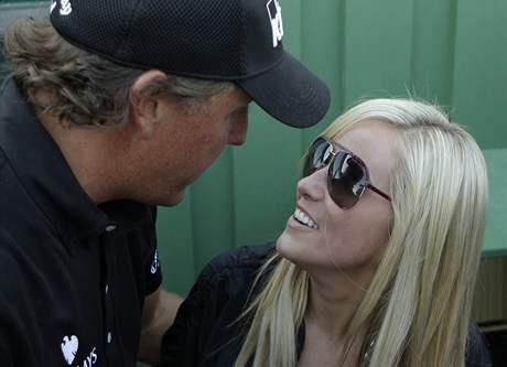 Vítěz Masters 2010 Phil Mickelson s manželkou Amy.