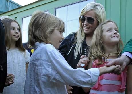 Amy Mickelsonová, manželka vítěze US Masters 2010 Phila Mickelsona a jejich děti Amanda, Eman a Sophia (zleva).
